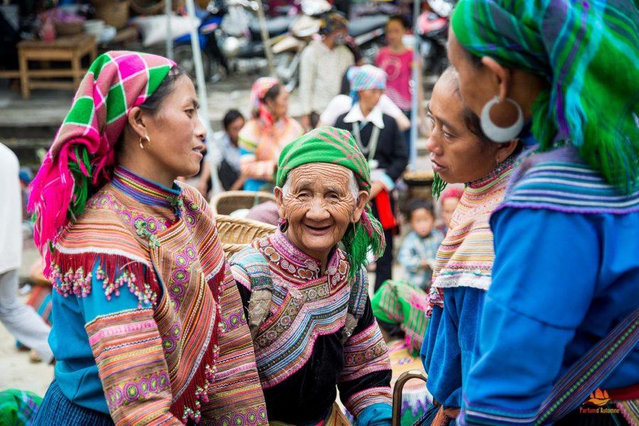 Femmes Hmong au marché de Bac Ha près de Sapa, Vietnam