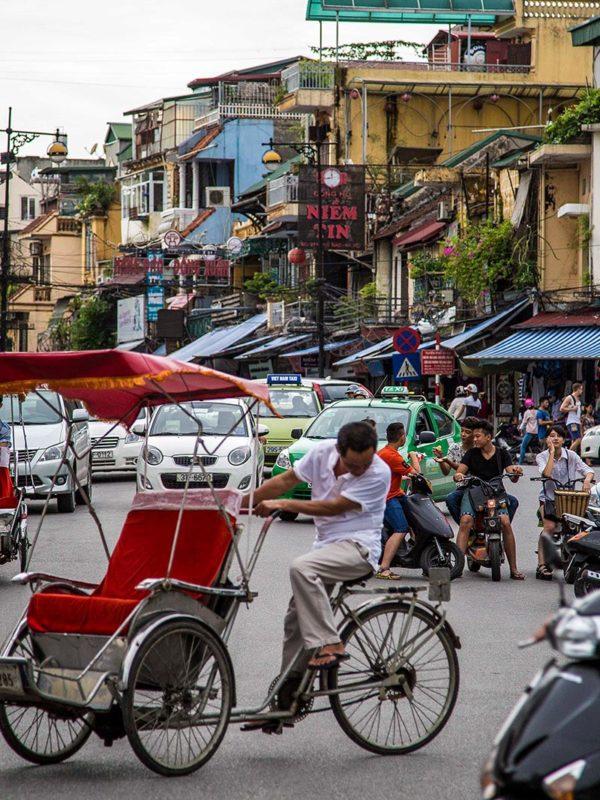 Un cyclo pousse dans le trafic d'Hanoi, Vietnam