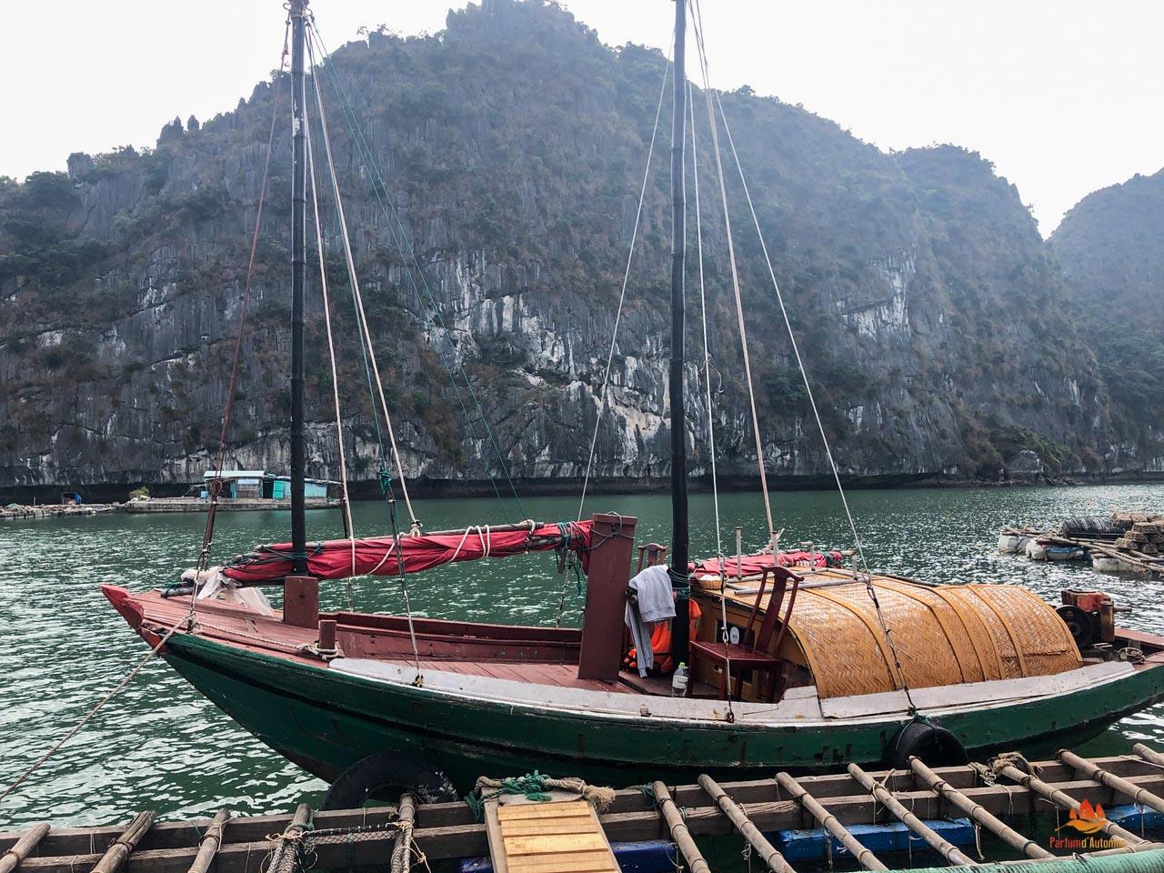 Bateau de pecheur dans la baie de Lan Ha, Baie d'Halong, Vietnam