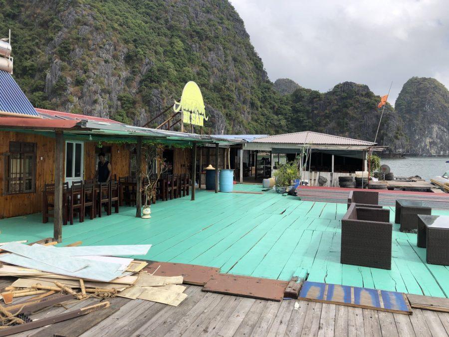 Village de pêcheurs dans la Baie de Lan Ha, Baie d'Halong, Vietnam