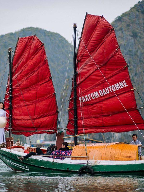 Le bateau de pêcheur à voile de Parfum d'Automne naviguant dans la Baie de Lan Ha au Vietnam