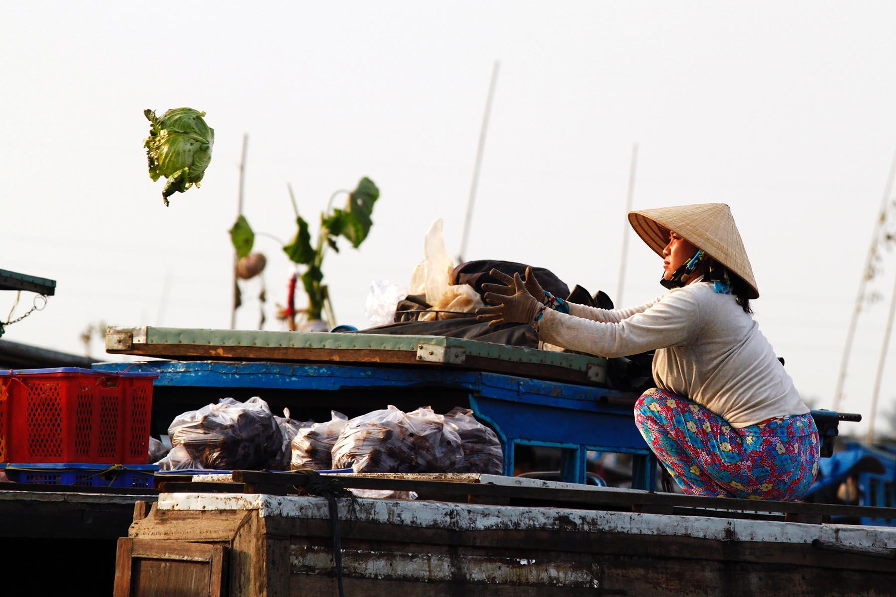Femme sur le marché flottant de Cai Be, Delta du Mékong, Vietnam