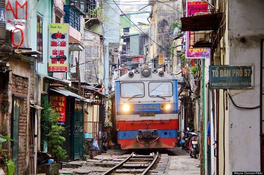 Le train passant dans le centre de Hanoi, Vietnam