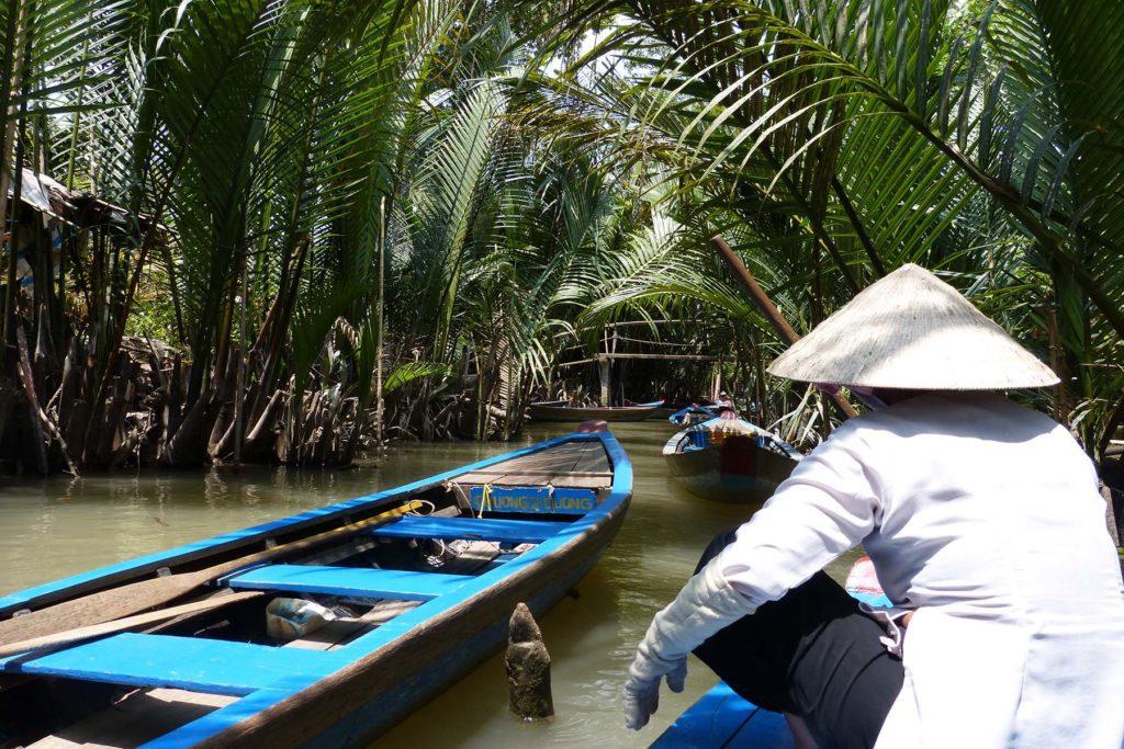 Sampans naviguant sur les cours d'eau du Mekong, Delta du Mékong, Vietnam