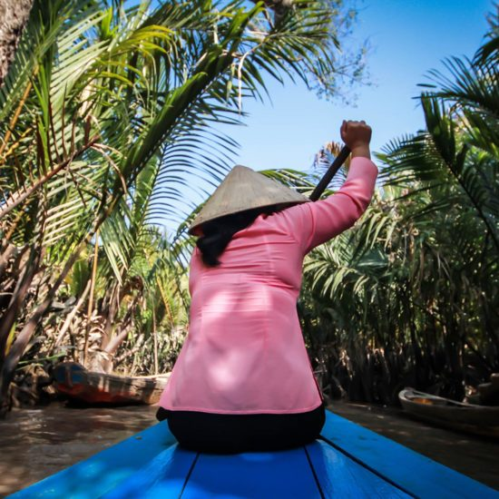 Femme ramant dans le Delta du Mékong, Vietnam