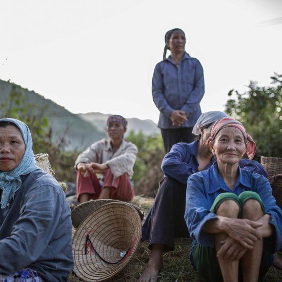 Femmes se reposant après le travail des champs, Mai Chau, Vietnam