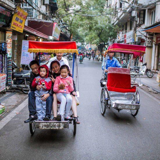 Cyclo pousse dans les rues de Hanoi, Vietnam