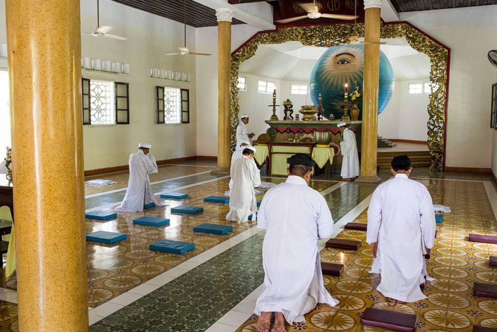 Cérémonie à l'intérieur du temple Caodaiste de Danang, Vietnam