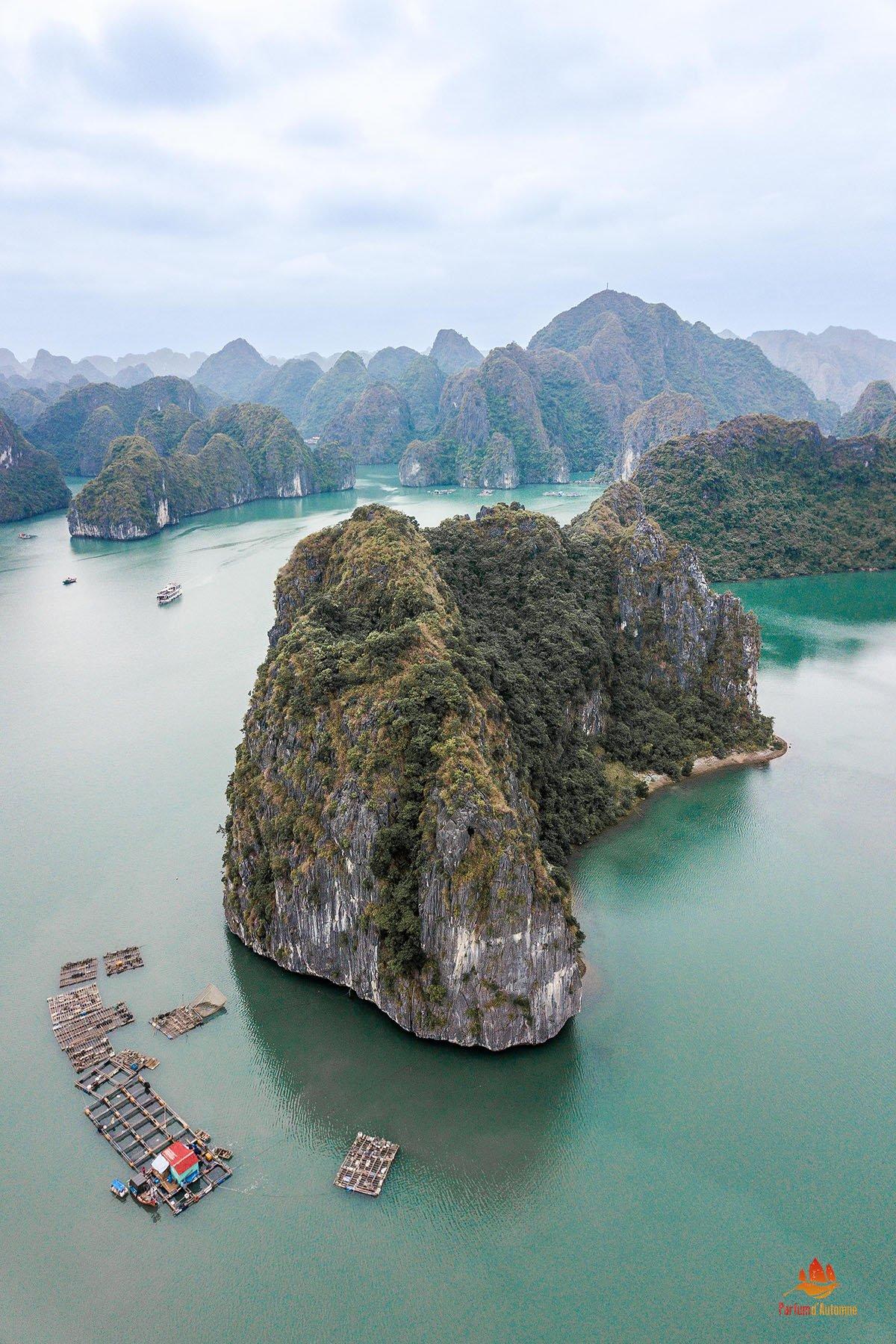 Pitons karstiques vu du ciel, Baie de Lan Ha, Baie d'Halong, Vietnam