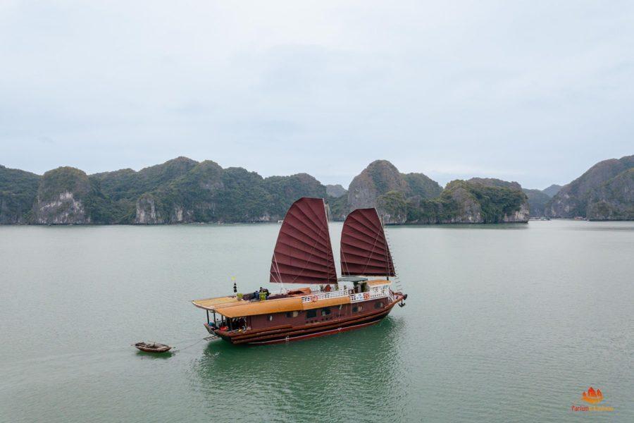 La jonque Quatre Saisons vue du ciel dans la Baie de Lan Ha, Baie d'Halong, Vietnam