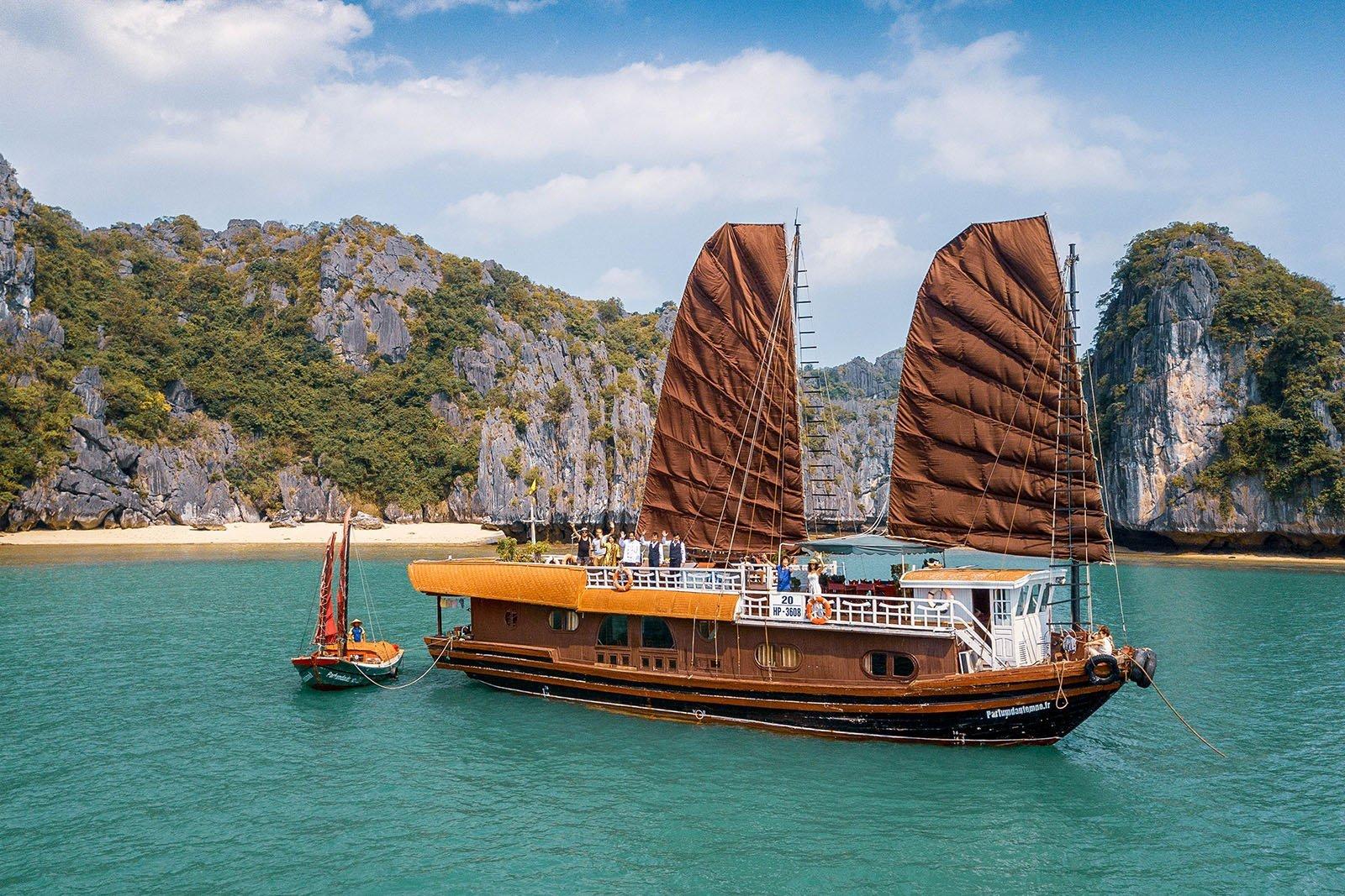 Bateau à voile de Parfum d'Automne naviguant par beau temps dans la Baie de Lan Ha au Vietnam