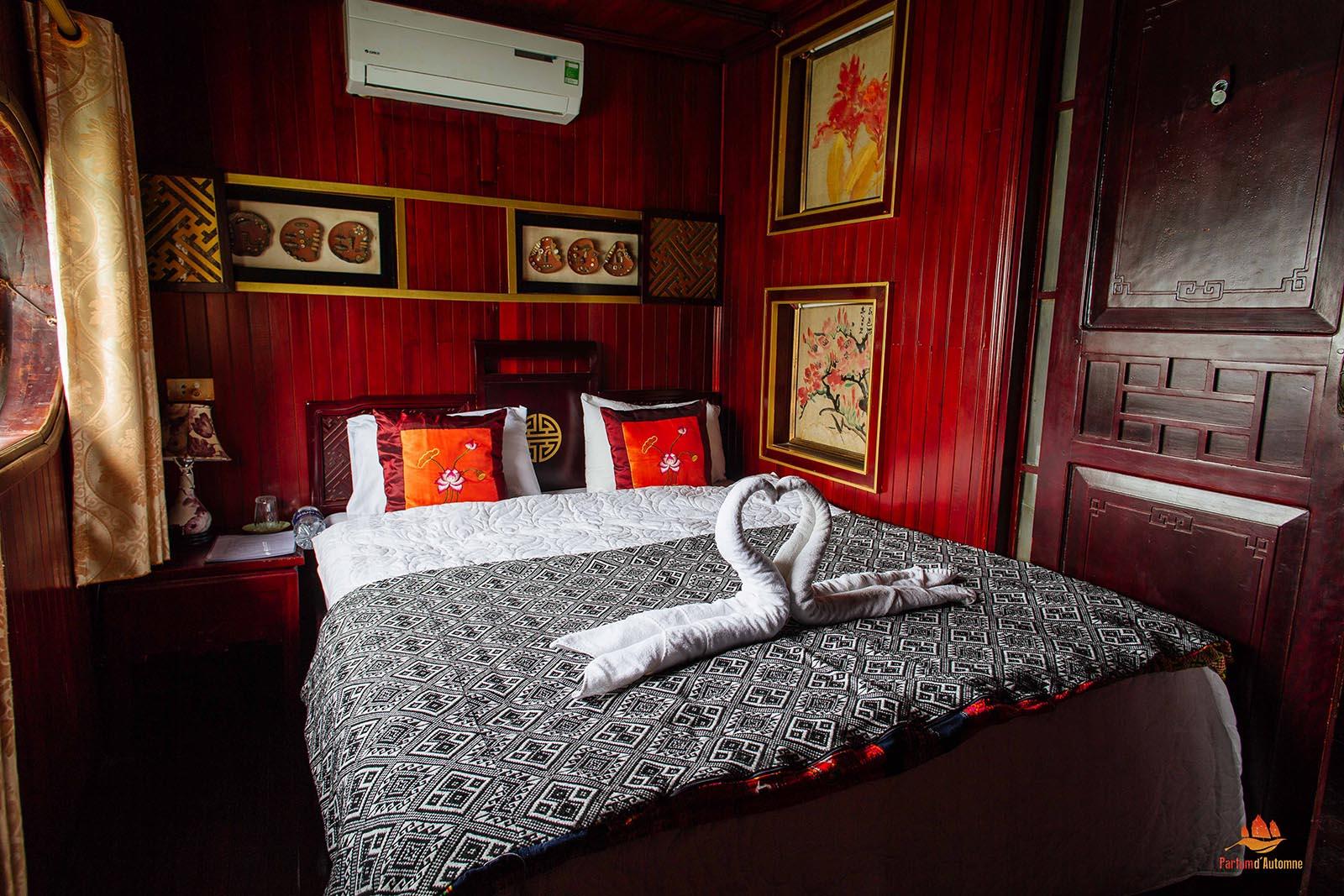 Chambre double sur la jonque Quatre Saisons, Baie d'Halong, Vietnam