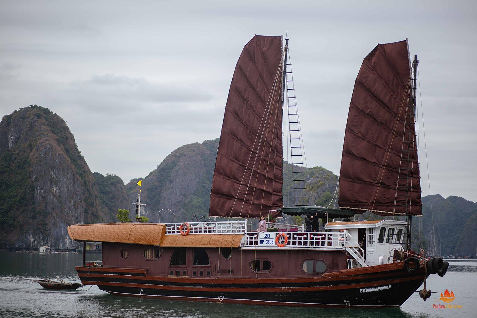 La jonque Quatre Saisons vue de l'extérieur, Baie d'Halong, Vietnam