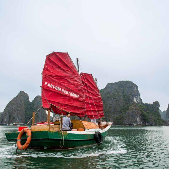 Jonque de Pêcheurs naviguant dans la Baie de Lan Ha, Vietnam