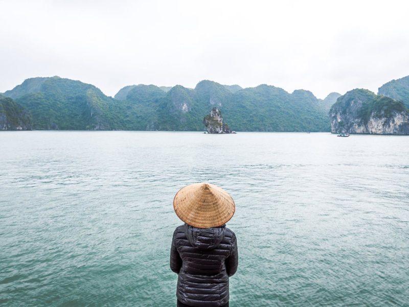 Cliente portant le chapeau vietnamien traditionnel dans la Baie d'Halong, Vietnam