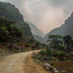 Route traversant des paysages de montagnes karstiques dans la province de Cao Bang, Vietnam