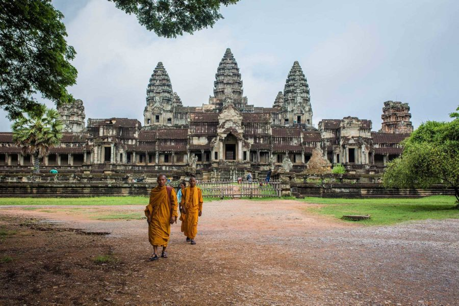 Moines sortant du temple Angkor Wat au Cambodge