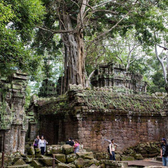 Touristes marchant dans les ruines du temple Angjor What au Cambodge