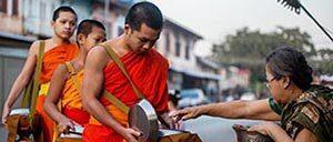 Moines recevant l'aumone à Luang Prabang, Laos