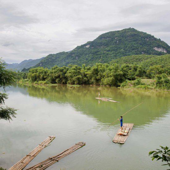 Navigation sur un bateau en bambou sur la rivières à Pu Luong, Vietnam