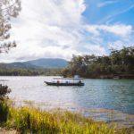 Petit bateau de tourisme naviguant sur un lac à Dalat, Vietnam