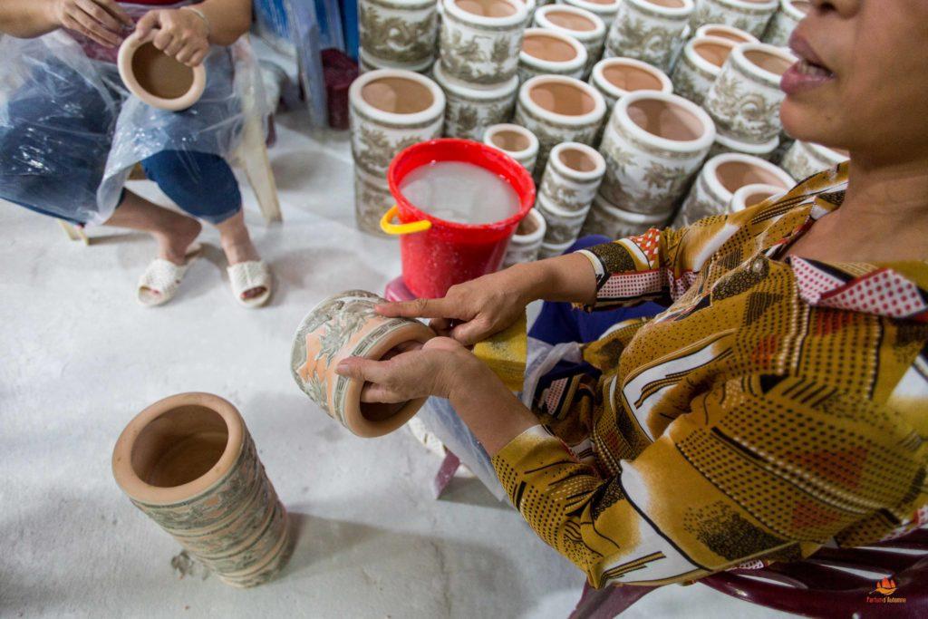 Femme expliquant son métier à Bat Trang, près de Hanoi, Vietnam