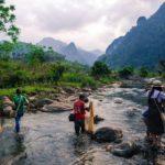 Pêche dans une rivière dans le parc de Xuan Son, Vietnam