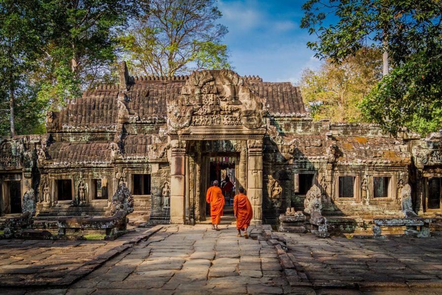 Moines entrant dans les ruines d'un des temples du site d'Angkor