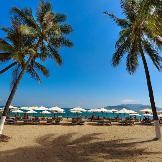 Transats sur l'une des plages de Nha Trang, Vietnam