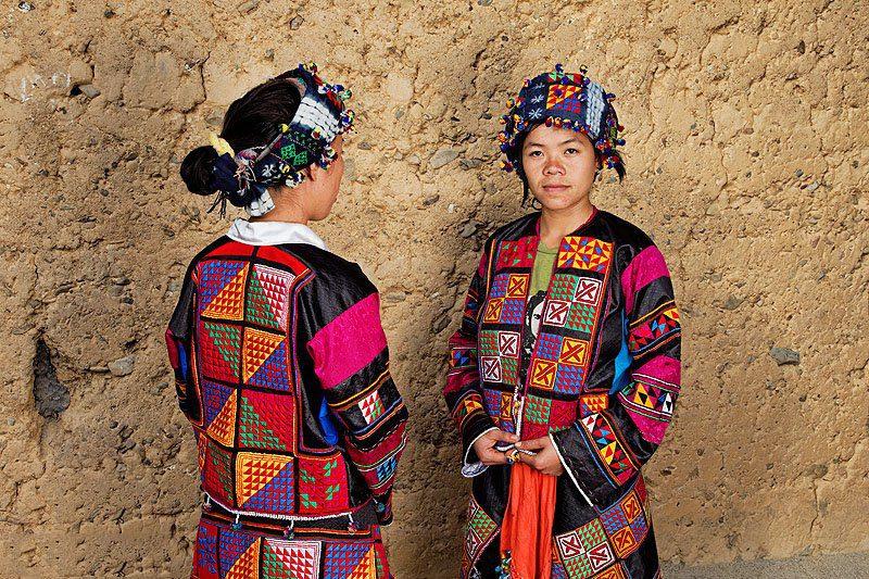 Tenues traditionnelles Lolos fleuris, Vietnam