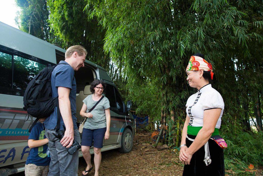 Femme Thai accueillant les voyageurs à son logement, Nghia Lo, Province de Yen Bai, Vietnam