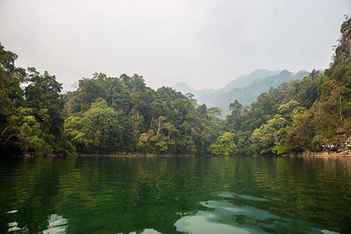 Navigation sur le lac Ba Be au Nord Vietnam
