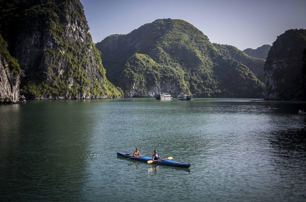 Kayak dans la Baie de Lan Ha, Vietnam