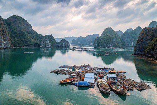Village de pêcheurs dans la Baie de Lan Ha, Vietnam