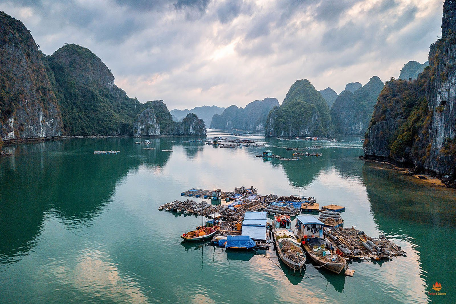 Village de pêcheur dans la Baie de Lan Ha vue du ciel