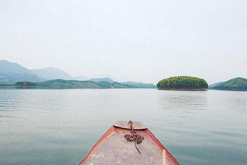 Navigation sur le lac Thac Ba au Nord Vietnam