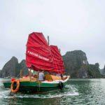 Jonque de pecheur Parfum d'Automne navigant dans la Baie de Lan Ha, Vietnam