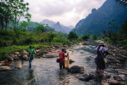 Pêche dans une rivière du parc de Xuan Son, Vietnam