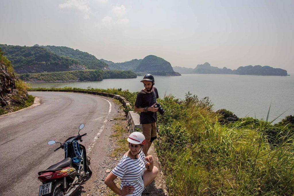 Longer la côte en moto ur l'Ile de Cat Ba, Vietnam