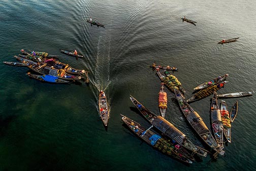 Jonques naviguant dans le delta du mékong, Vietnam