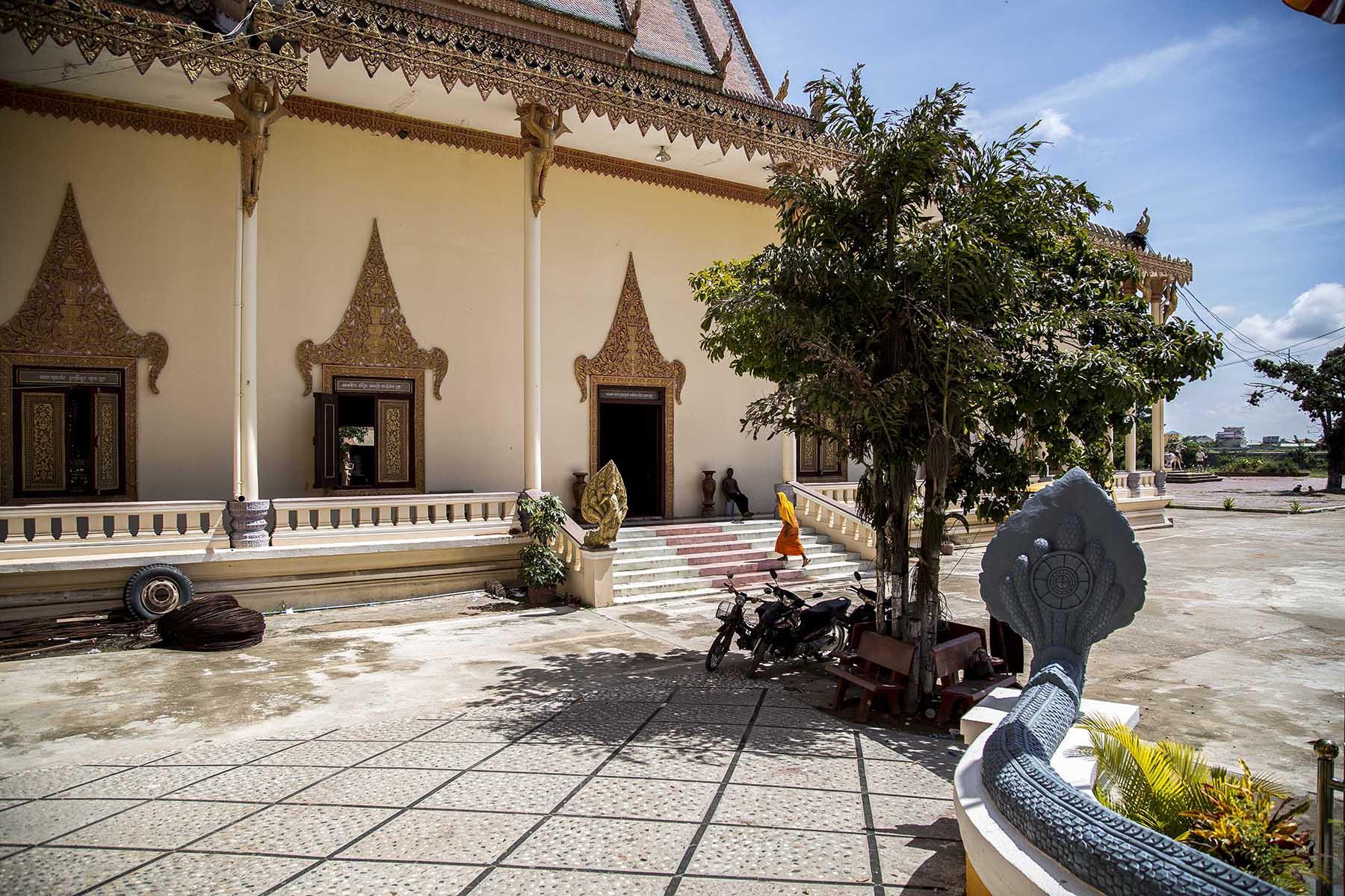Moine marchant vers l'entrée d'un temple au Cambodge