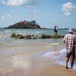 Pêcheurs et touristes sur une plage de Vung Tau, Vietnam