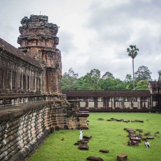 Touristes prenant des photos devant les ruines des temples d'Angkor, Cambodge