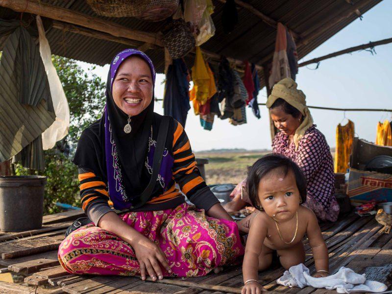 Mère de famille Khmer de confession musulmane souriant devant sa maison, Cambodge
