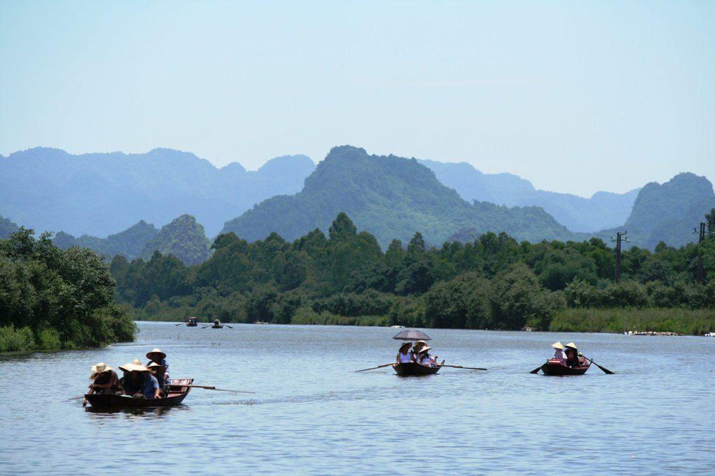 Barques naviguant sur la rivière des Parfums près de Hanoi, Vietnam