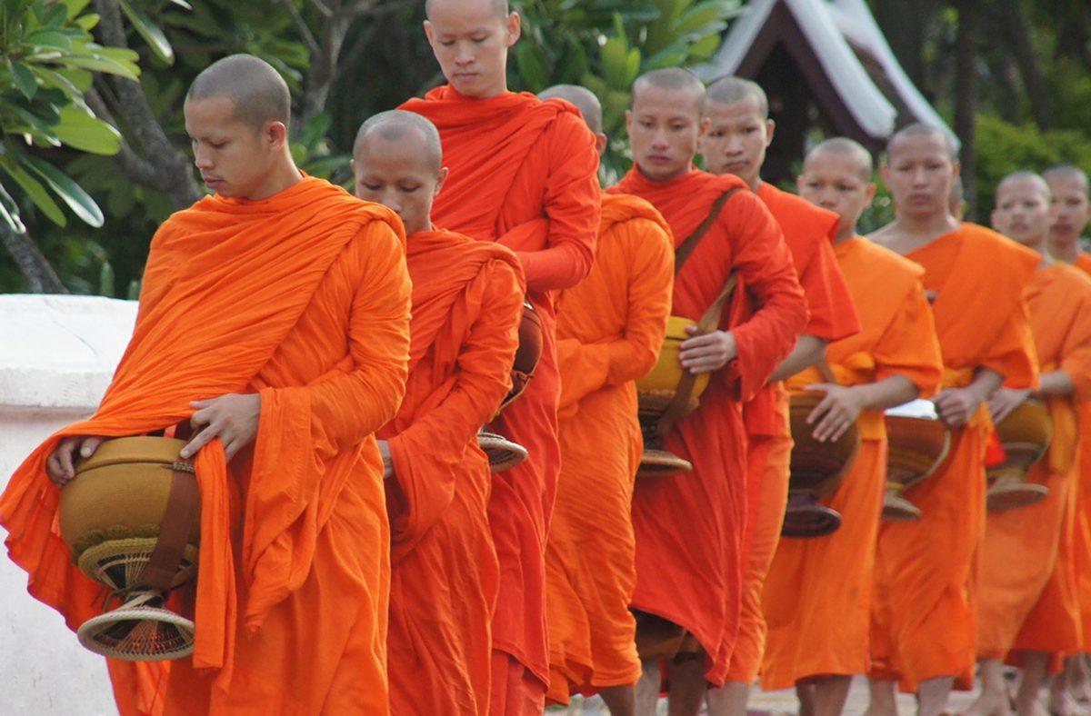 Moines marchant à Luang Prabang au moment des offrandes