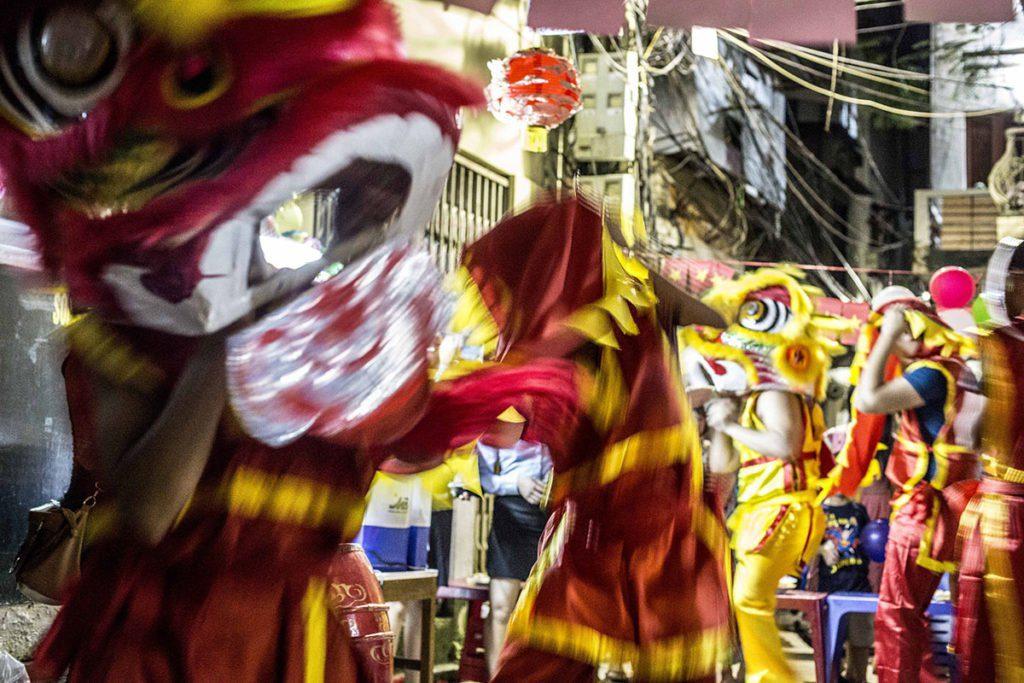 La danse du lion par les jeunes dans les rues de Hanoi, Vietnam