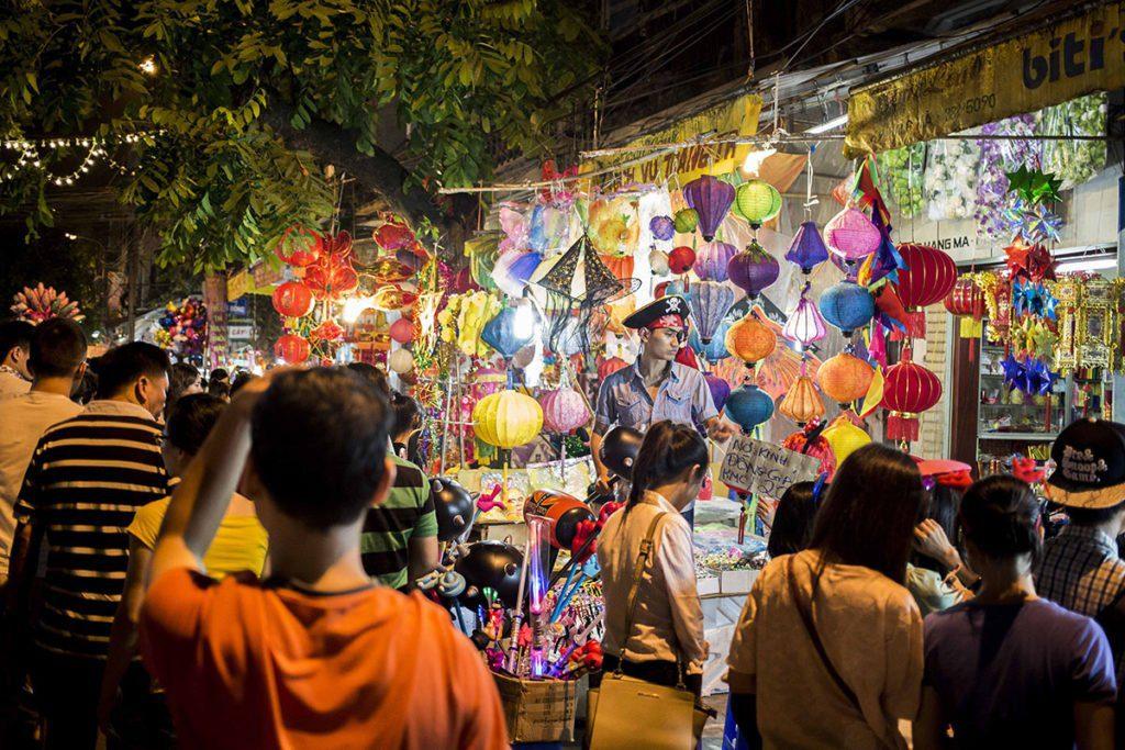 La rue Hang Ma en pleine effervescence pendant la fête de la mi automne, Hanoi, Vietnam