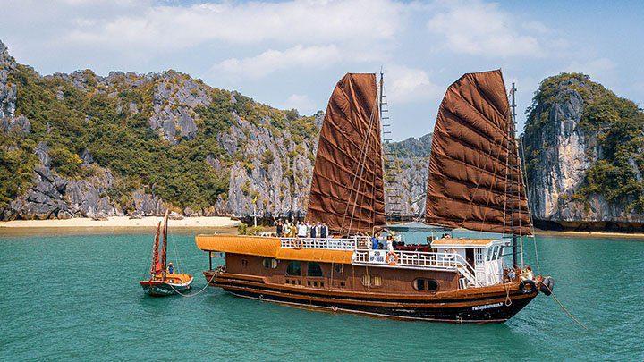 Le bateau Quatre Saisons naviguant dans la Baie de Lan Ha par beau temps, Vietnam