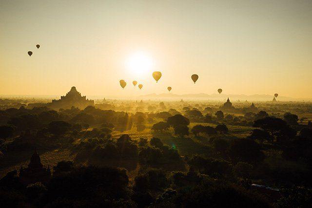 Les montgolfières de Bagan et les temples en arrière plan, Birmanie